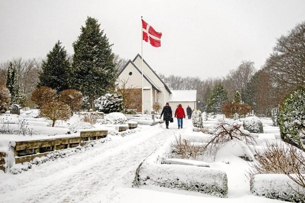 Menigheden trodsede sne og blæst og kæmpede sig frem til højmessen i Sindal Gl. Kirke søndag morgen. Foto: Niels Helver