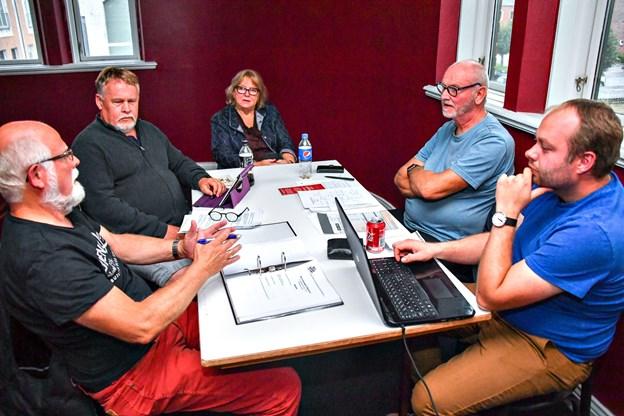 Bestyrelsen i Filmteatret holdt et kort møde, inden det gik løs med stormøde. De kigger allerede nu på mulige lokaler i Hobro. Foto: Kurt Bering
