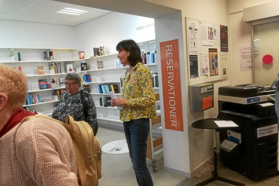 Tirsdagsklubben M/K i Hadsund har besøgt Mariagerfjord Bibliotek i Hadsund, hvor Hanne Guldhammer viste rundt og fortalte om biblioteket som arbejdsplads, med de forskellige inddelinger for lydbøger, bøger i magnaprint, film, PC, tablet, og hvordan man bliver bruger, og meget inspirerende fortalt af Hanne.