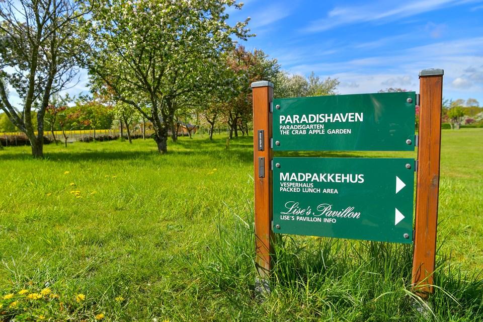 Paradishaven og andre steder er fint markeret i haven, der får besøg at mange, der ikke er så godt gående, og havens stier er fine til handicappede. JESPER THOMASEN