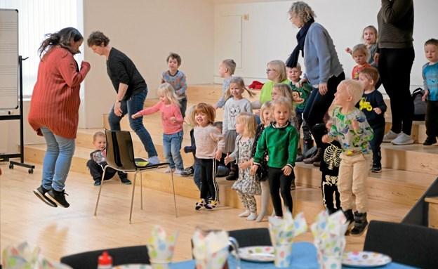 Maria Nørlund Marzban laver lidt gymnastik med børnene, inden de skal spise pandekager. ?Foto: Niels Helver Niels Helver