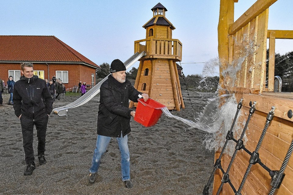 Peter Sand Mortensen gav Lepanto en spand vand , og fortalte historien om den engelske damptrawler Lepanto, der forliste 4. januar 1909 og forblev vrag ved Ørhage. Foto: Ole Iversen