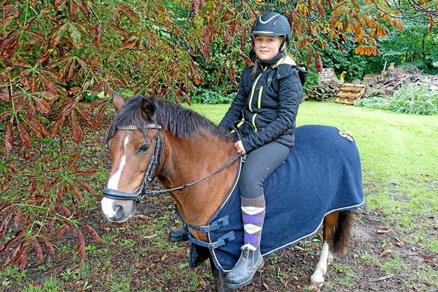 Emma fra Ugilt tilbyder rideture på sin pony Lukas.   Foto: Niels Helver