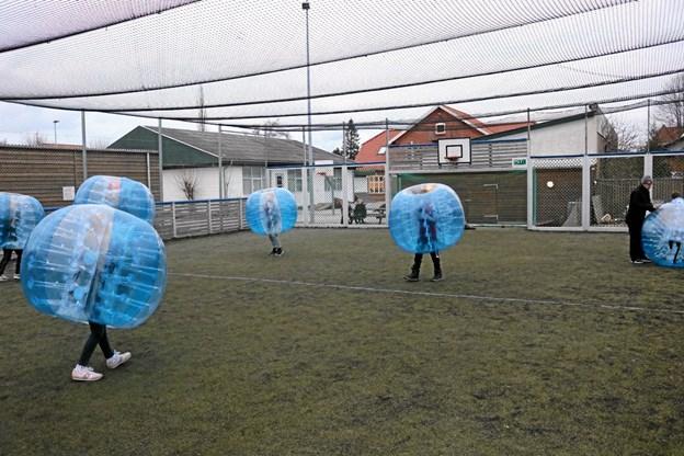 Bumperball består af oppustede plastbolde, hvor deltagerne forsøger at vælte hinanden omkuld på fredelig vis. Tommy Thomsen