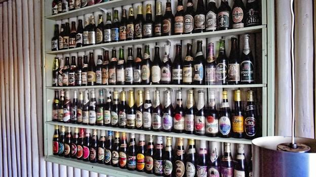 Ølsamlingen i krostuen, på over 200 forskellige øl, skal have fundet en ny ejer. Foto: Ole Iversen Ole Iversen