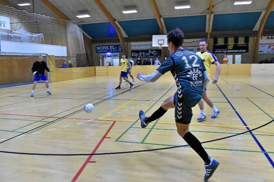 Mathias Skinnerup, Hanstholm, hamrer den i Nors mål til 3-1. Foto: Ole Iversen Ole Iversen