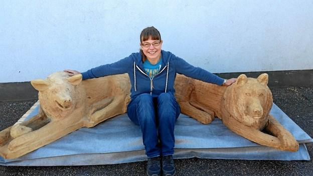 Dorthe Hedensted Lund - en af tre trækunstnere i aktion på Arden Naturlegeplads. Privatfoto