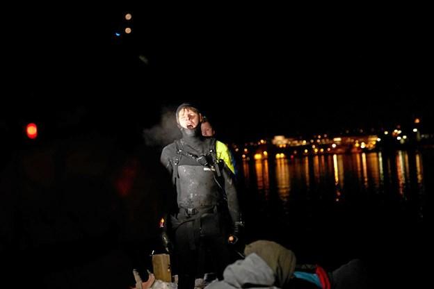 Øjeblikket da Casper Steinfath får norsk grund under fødderne efter 136 km's padlen - en udmarvende tur på 18   time.Privatfoto Ole Iversen