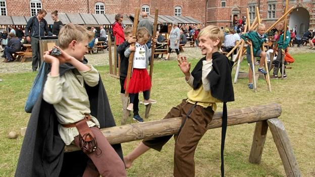Der var en række aktiviteter for børn og barnlige sjæle. Her prøver to drenge en gammel leg på træhesten. Foto: Jørgen Ingvardsen Jørgen Ingvardsen
