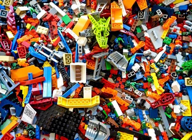 LEGO-klodser i hobetal. Kom og vær med, når bibliotekets LEGO-byggebord indvies på Hirtshals Bibliotek. Foto: PR-foto