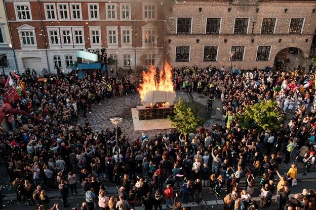 Tyren brænder og karnevallet kan begynde. Foto: Lasse Sand