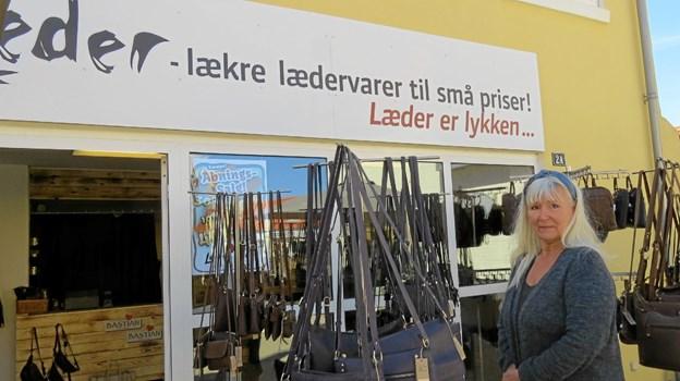 Annette Rosella udenfor butikken Løkken Læder på Vrenstedvej. Foto: Kirsten Olsen