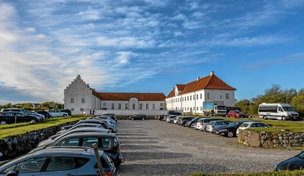 En flot aften med masser af biler foran den flotte Vitskøl Kloster. Foto: Mogens Lynge Mogens Lynge
