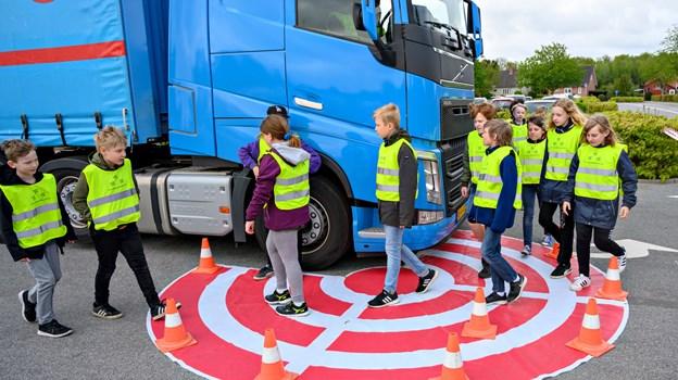 En zone var markeret omkring lastbilen, hvor man skal være særligt opmærksom som trafikant, da det kan være svært for chaufføren at se cyklister og fodgængere i spejlene, hvis man er for tæt på lastbilen. Foto: Kurt Bering