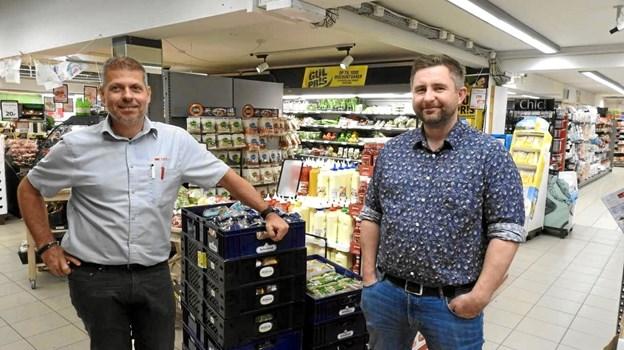 Spar-købmand Rene Ejstrup Larsen tv. og Rene Skjoldager Wagner i Hirtshals. Foto: Jens Brændgaard