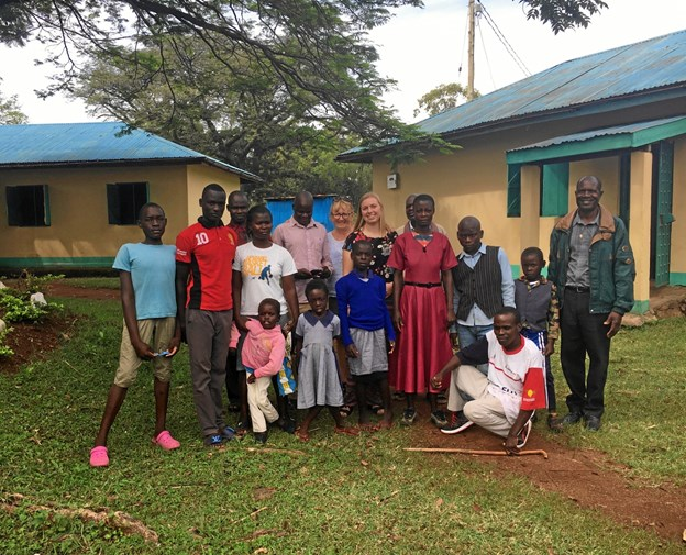 Besøget hos de handicappede i Rongo satte tingene i perspektiv. Børnene fik hver en sodavand, kiks og masser af trøjer, strømper, kjoler og bukser. Privatfoto.