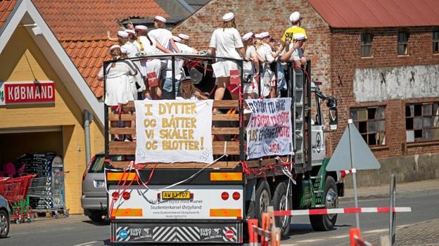 Nyudklækkede studenter på lastbil rundt i Nykøbing for at fejre veloverstået eksamen.