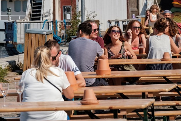 Man kan nyde sin frokost, is eller kolde øl helt ned til vandkanten, hvor der er opstillet borde.