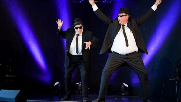Blues Brothers (Ulla Jessen og Lars Arvad) i aktion på scenen.