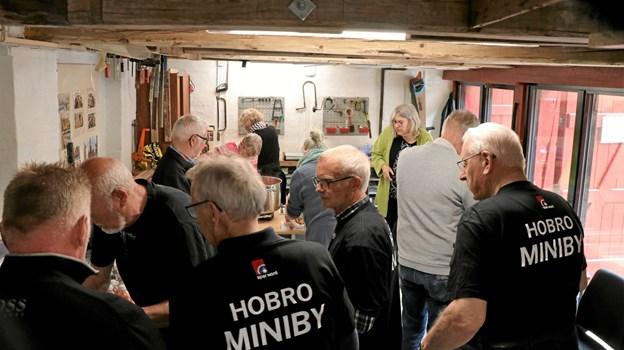 Der var godt fyldt op i minibyggernes nye værksted på indvielsesdagen. Privatfoto