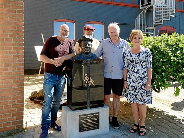 Fra venstre kunstneren bag busten Michael Sasserson, idemand og initiativtager Niels Reiter, formand for Sparekassen Hobro Fonden Poul Søndberg samt teaterdirektør Susanne Sangill. Privatfoto