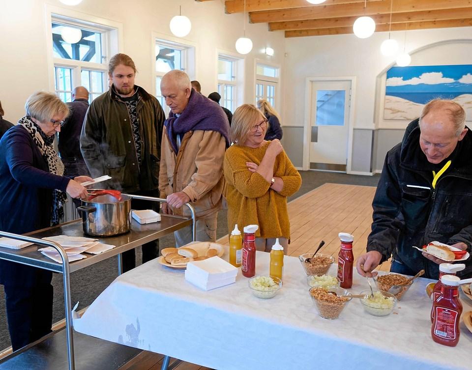 Som traditionen foreskriver til et rejsegilde, blev der serveret kogte røde pølser og en øl til de mange gæster. Foto: Niels Helver Niels Helver