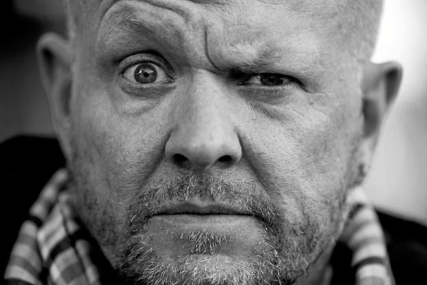 """Det nye show, """"Anden bringer ud"""" er stand-up i ordets reneste forstand – Anders Matthesen og en mikrofon – uden dikkedarer. PR-foto"""