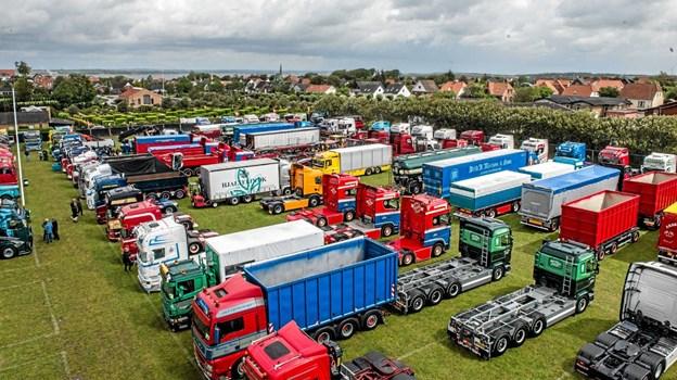 Pladsen med de mange lastbiler m.v. her set fra en stor lift, der var på pladsen. Foto: Mogens Lynge
