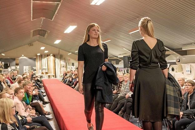 Charlotte og Trine viser stilsikkert tøj, der kan anvendes både til hverdag og fest. Foto: Niels Helver