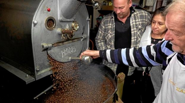 Poul Erik Ledet (th) fra Nygaards Kaffe gik straks i gang med at riste de nye kaffebønner fra Peru, dyrket af parret Stig M. Larsen og Karina Maylle. Foto: Ulrik Bang/KASIK