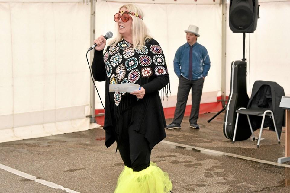 Susanne Lykkegaard byder velkommen til 60'er fest og håber, at alle får en festlig dag, hvorefter de 175 hippier brød ud i sang. Foto: Niels Helver Niels Helver