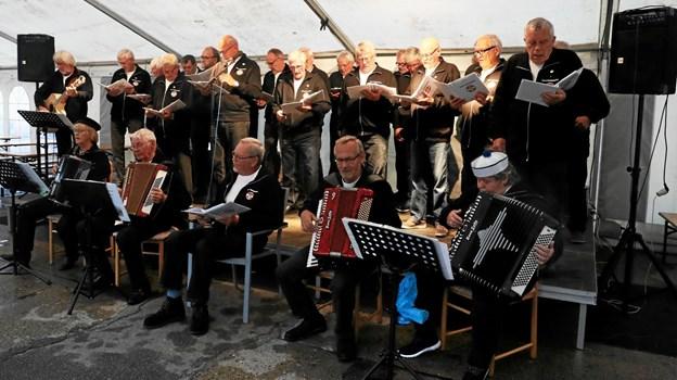 Glade sømandsviser fyldte teltet. Foto: Allan Mortensen Allan Mortensen