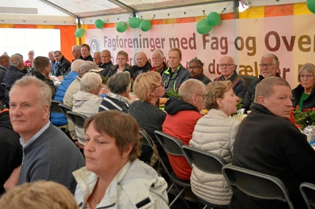 Som vanlig havde LO Mariagerfjord også i år arrangeret en 1. maj møde ved Broanlægget i Hadsund, med et stuvende fyldt telt med gæster, der startede med morgenkaffe. Foto/tekst: hhr-freelance.dk