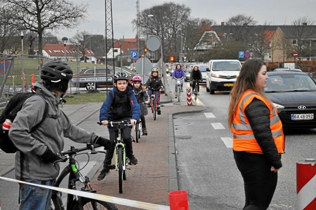 Biler, cyklister og fodgængere i stort tal færdes på Skolevangen om morgenen - og frivillige medlemmer fra Nemezis sørger for at passe på skolebørnene.