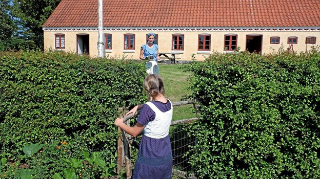 Tinna og Freja skal til at plukke bær. Foto: Niels Helver Niels Helver