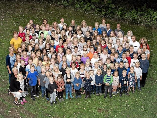 Hele gruppen af lærere og elever på Ingstrup Trivselsskole har været på udflugt. Foto: Bøjstrup Reklame