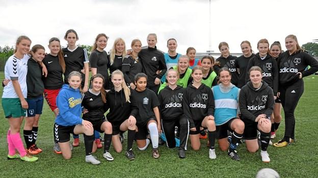 Team Ø U 18 piger og Hjallerups U15 piger er her samlet under en træning. Privatfoto Privatfoto