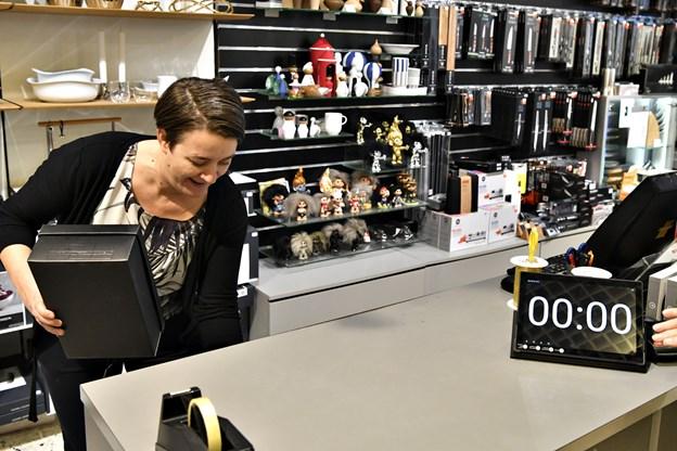 Klar, parat ... PAK IND! Butikschef i Kop & Kande Dorthe Fonager lægger fra land i forrygende tempo.