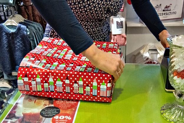 Butiksejer Maja Albrechtsen kaster Børneshoppen og pakken ind dysten i rasende tempo. Foto: Kim Dahl Hansen