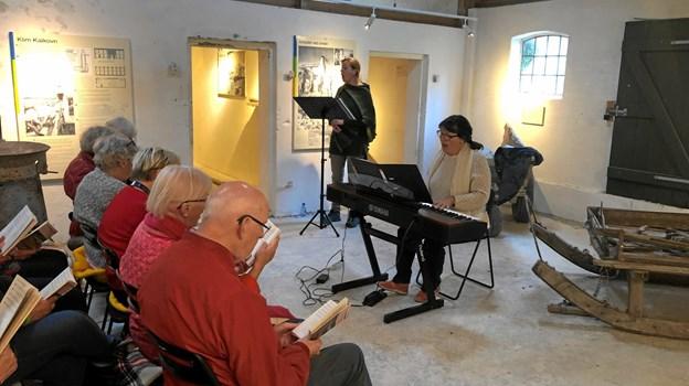 Marianne Klausen sang for, og Inger Lund Gregersen akkompagnerede fællessangen i Klim Kalkovns fine akustik.  Privatfoto