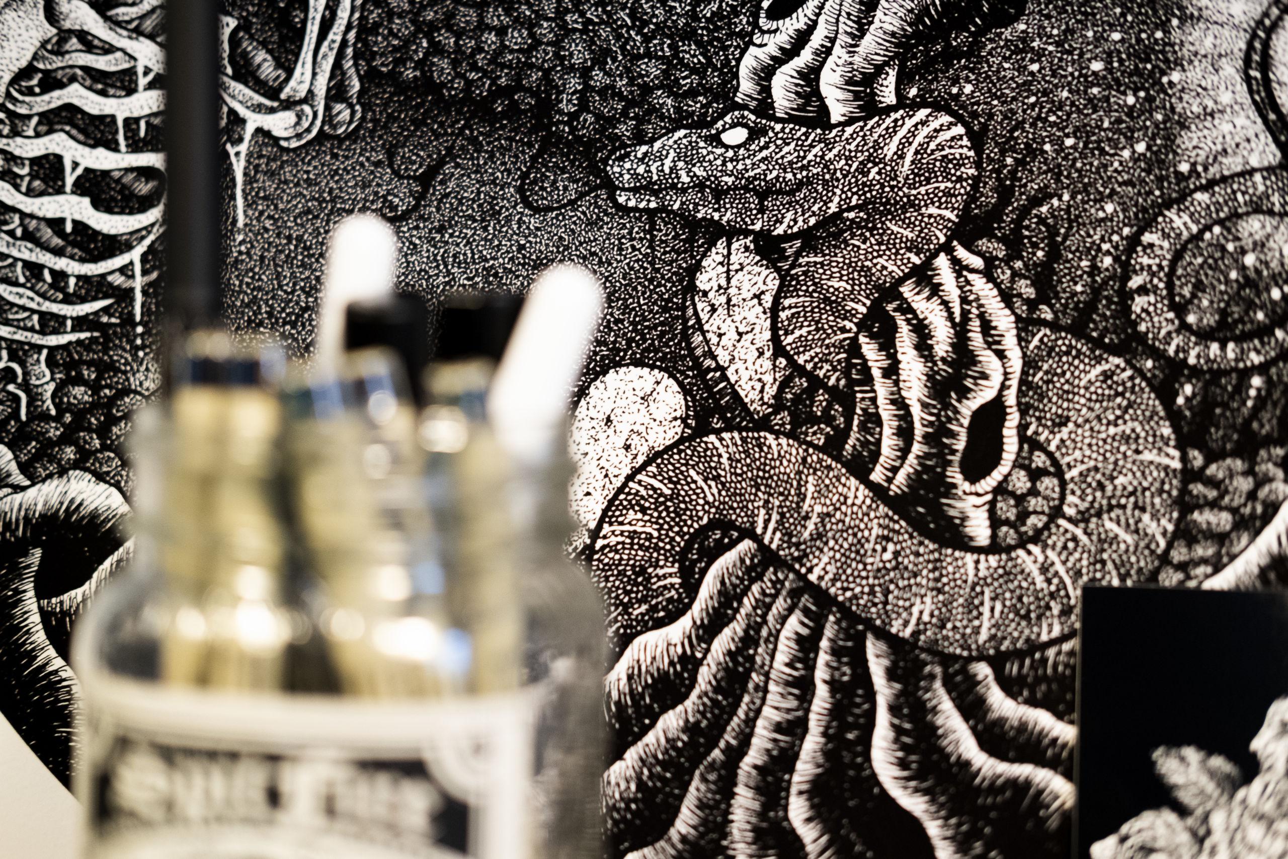 Når Simon Gardarsson tager hul på et nyt billede, tegner han kanterne af de større elementer op med blyant og begynder så dernæst det langsommelige prikkearbejde. Foto: Lasse Sand