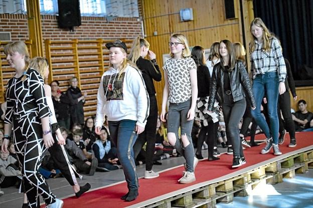 Alle 33 elever på podiet fik masser af klapsalver for deres præstation. Foto: Ole Iversen Ole Iversen
