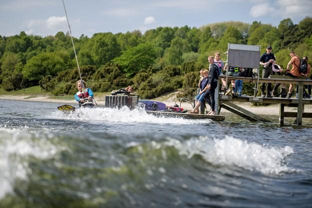 Oscar på 12 år er en rutineret vandskiløber, som her står på knee-board og kan lave en 360'er-vending. Foto: Nicolas Cho Meier