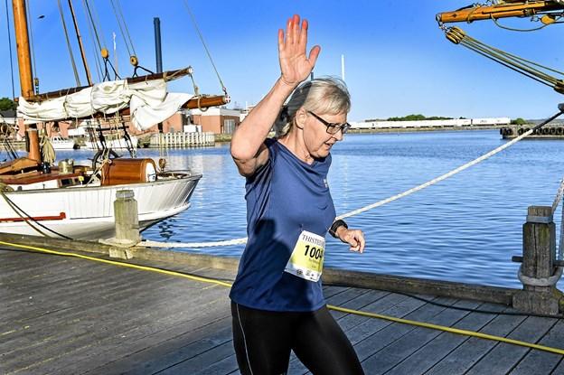 Pia Pallesgaard har tid til at vinke til fotografen. Hun sluttede som nr. 31 i tiden 38.35 min. Foto: Ole Iversen