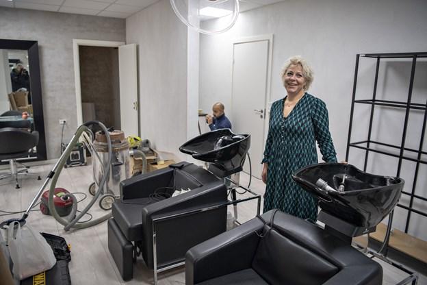 Frisør Tanja Villemoes ser frem til at flytte over i Nygade midt i Brønderslev, hvor salonen i flere måneder har været under opbygning. Foto: Kurt Bering