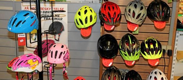 Der er flere, som køber hjelme. Foto: Flemming Dahl Jensen Flemming Dahl Jensen