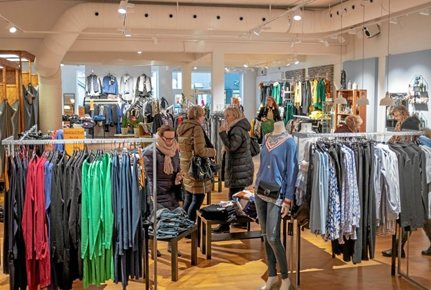 På åbningsdagen vrimlede det med kunder fra nær og fjern, også handelslivet i Hirtshals kom og ønskede Pia Harbo tillykke med de nye lokaler. Foto: Niels Helver Niels Helver