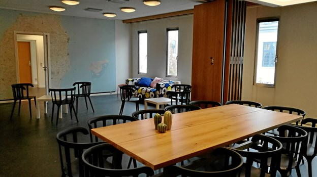 Det største rum i ungdomshuset er indrettet med flere store borde, hvor de unge vil kunne sidde og spise sammen, lave lektier eller bare hænge ud. Ungdomshuset skal blive centrum for fester, foredrag og andre sociale aktiviteter for byens unge.Foto: Kristian Gull
