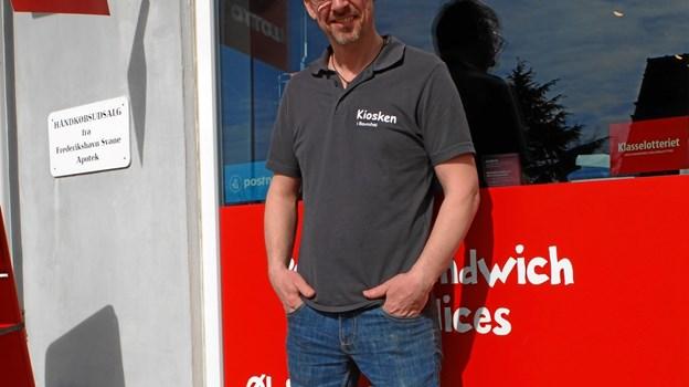 Man må sno sig, når man driver en mindre kiosk på landet, så Michael Thomsen er leveringsdygtig i blandt andet spil, håndkøbsmedicin, pakkeudlevering, almindelige kioskvarer og grillmad. Foto: Gunnar Onghamar