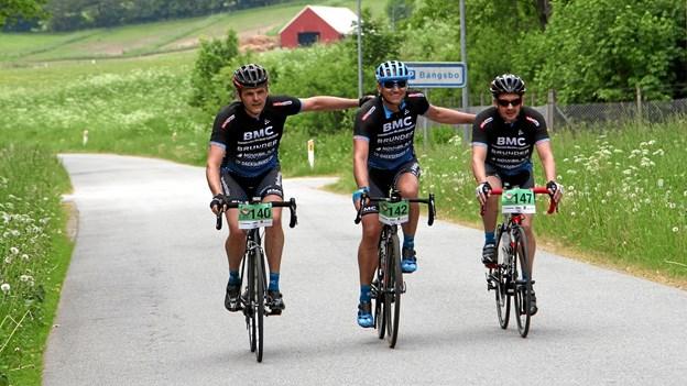 Tre glade motionister fra BMC Brønderslev da de kom i mål ud for Bangsbo Herregård. Privatfoto: Henrik Holmberg. Picasa